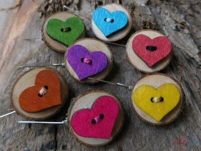 drevené brošne srdiečka na podklade / viac farieb