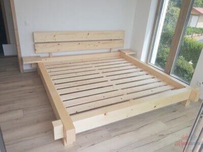 Masívna posteľ