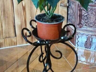 Kovaný stojan pod kvetináč
