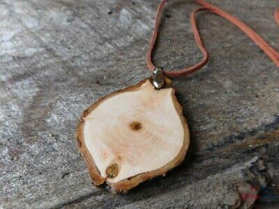 drevený prívesok elegancia obojstranný na koži / 1