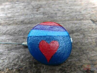 drevená maľovaná brošňa srdce