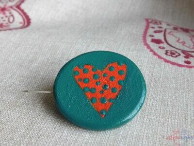 drevená maľovaná javorová brošňa srdce