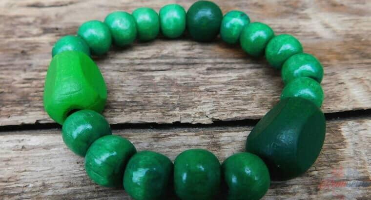 drevený náramok v zelených tónoch