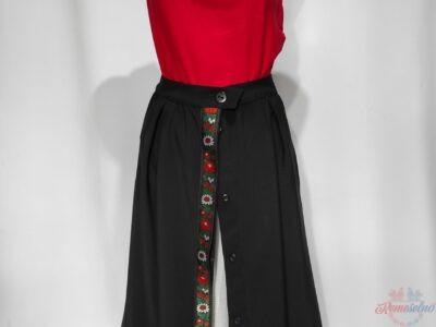 Čierna zapínacia sukňa s folklórnou stuhou